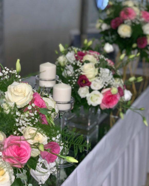 Dekoracija mladenačkog stola sa cvećem i svećama