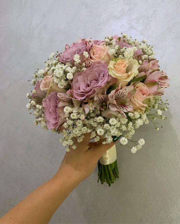 Bidermajer sa roze i ljubičastim cvećem