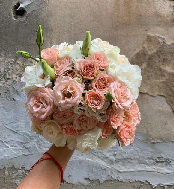 Bidermajer sa roze i belim cvećem