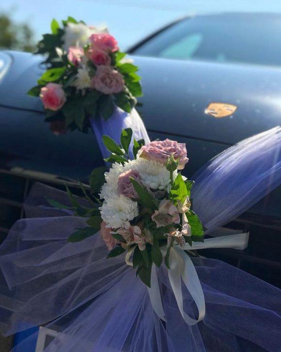 Dekoracija mladenačkog automobila sa belo rozim ružama