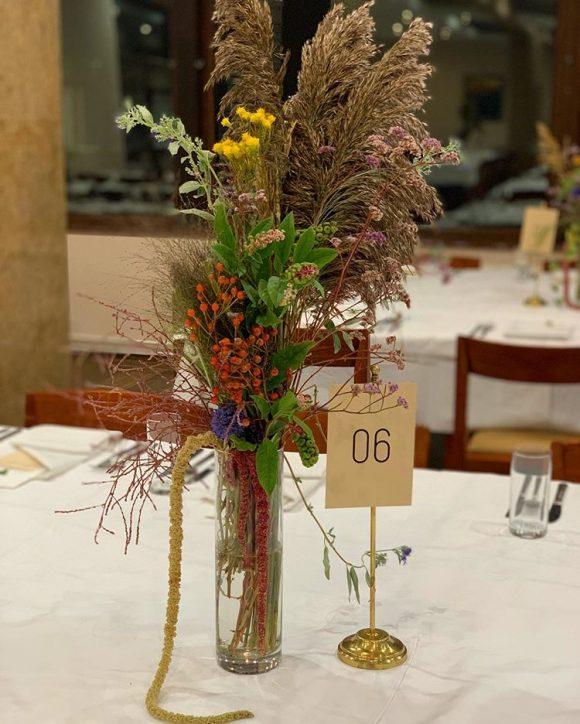 Aranžman na stolu od poljskog cveća