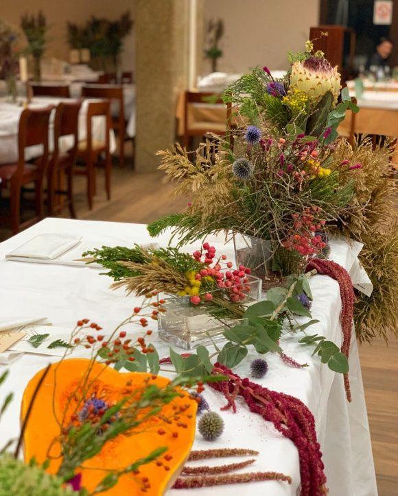 Dekoracija mladenačkog stola sa budevom i poljskim cvećem