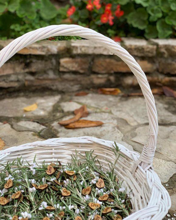 Korpa sa cvetićima od ruzmarina za kićenje za venčanje