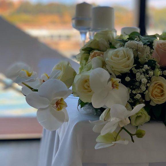 dekoracija mladenačkog stola sa belim ružama i orhidejama
