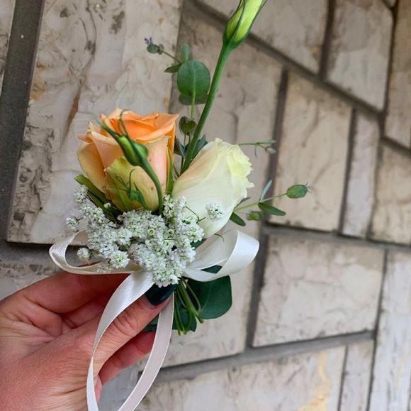 Cvetić za kićenje od bele i narandžaste ruže