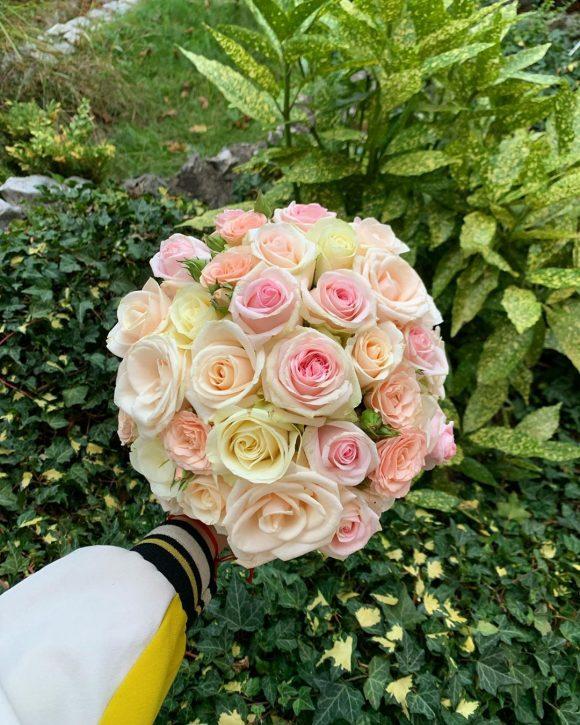 Bidermajer sa roze i belim ružama