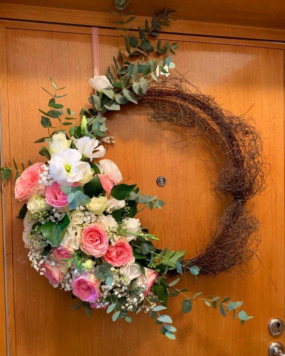 Cvetni venac za dekoraciju venčanja od pruća i cveća