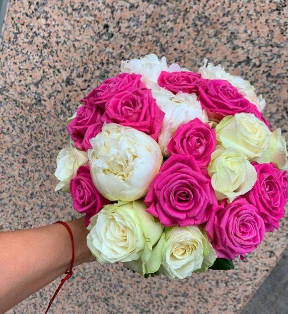 Bidermajer sa božurom i belim i roze ružama