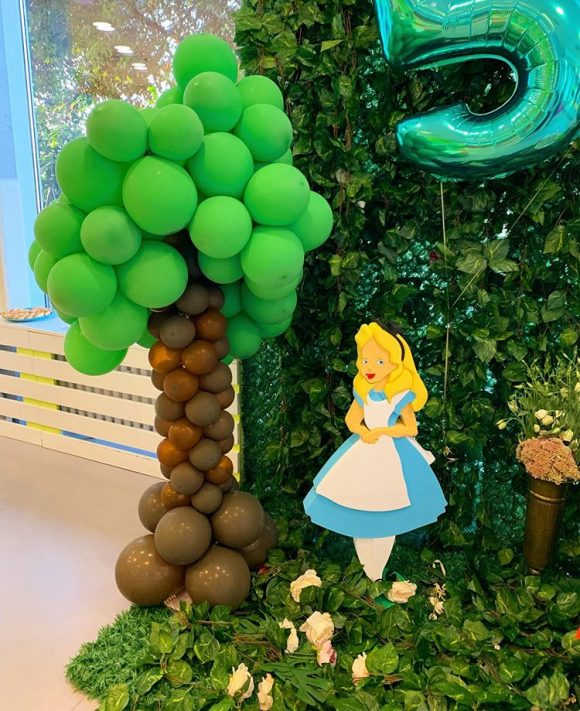 Baloni u obliku drveta sa figurom alise