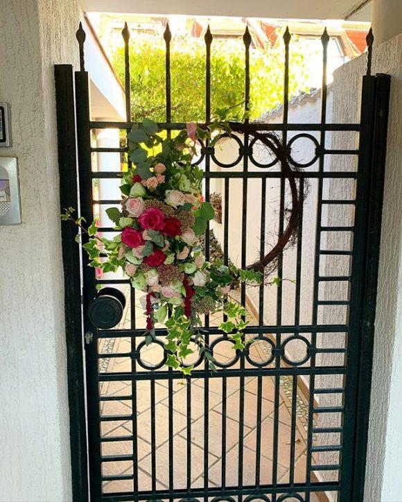 Venac za kapiju i vrata od pruća i cveća za venčanja