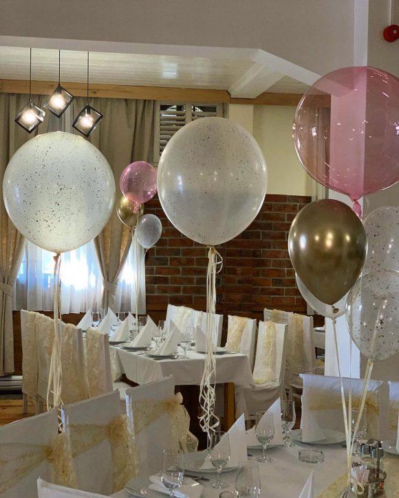 Baloni punjeni helijumom po stolovima