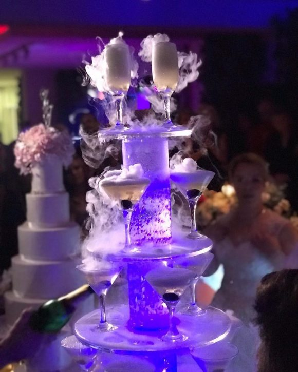 sampanjac fontana sa suvim ledom i voćem na venčanju
