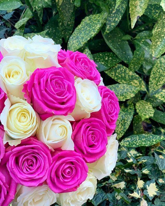 bidermajer sa ljubičastim i belim ružama