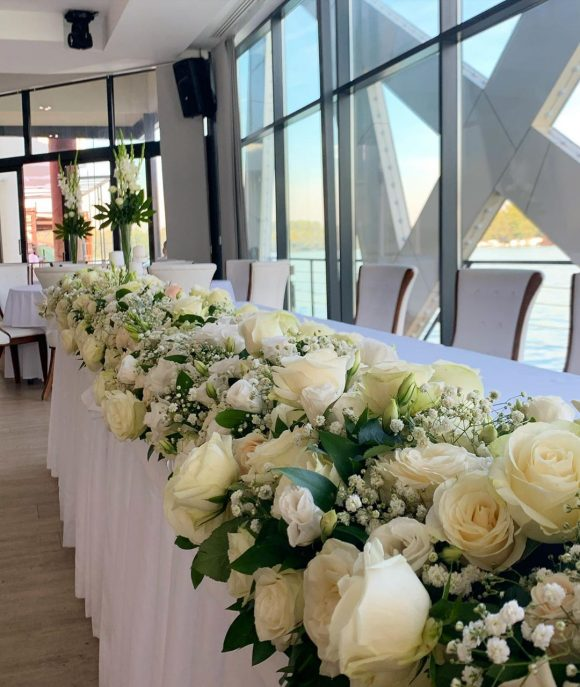 Dekoracija mladenačkog stola sa cvećem