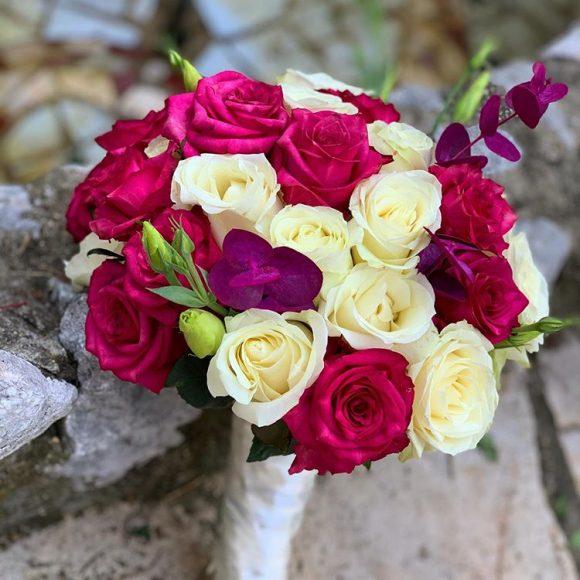 bidermajer sa ljubičastim i belim cvećem