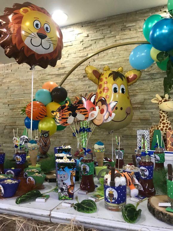 slatki sto sa motivom dzungle i helijum balonom kokicama sokovima i slatkišima