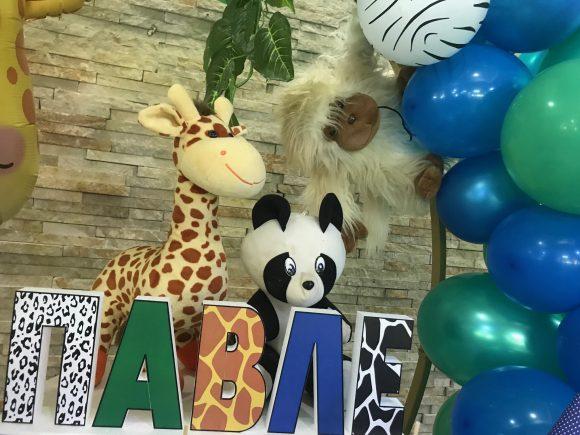 Slova od stiropora sa dezeno životinja iz dzungle i baloni