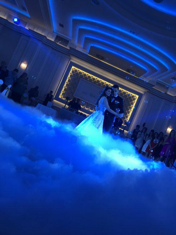 Plesanje po teškom dimu od suvog leda na venčanju