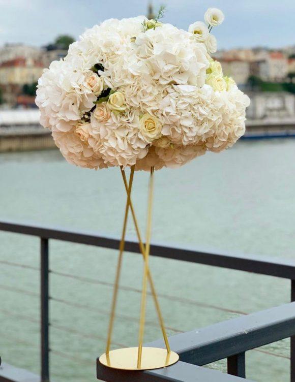 Cvetni aranžman od belih hortenzija na zlatnom postolju za dekoraciju venčanja stolova