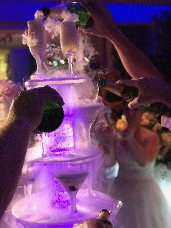 konobari sipaju sampanjac u čaše