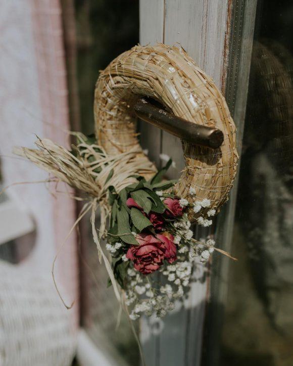 Venac za vrata od pruća sa dekoracijom cveća