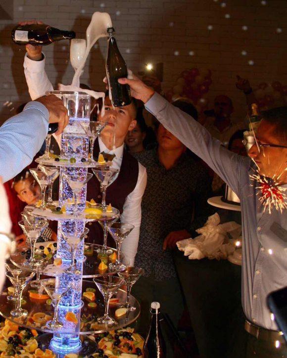 Mladić sipa šampanjac na šampanjac kupoli za svoj rođendan
