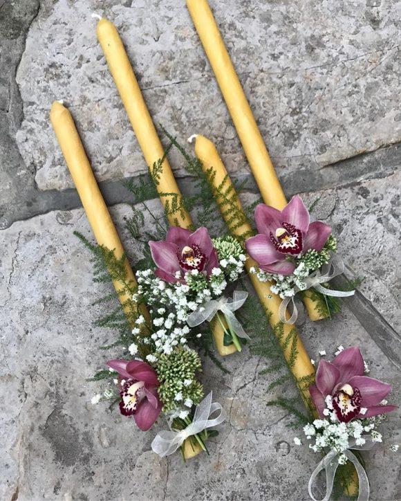 Sveće za venčanje sa dekoracijom cveća