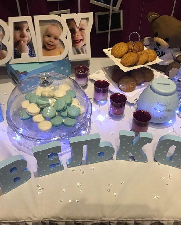 Slova od stiropora i slatkisi na dekoracija slatki sto