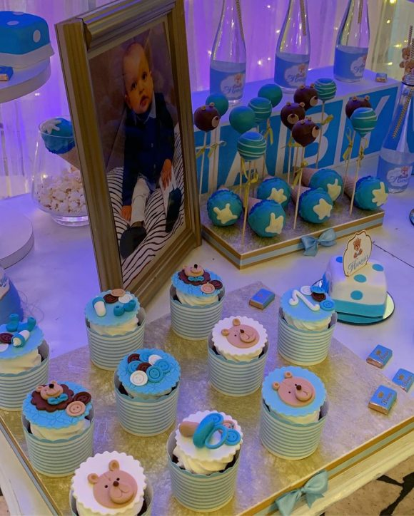 Slatki sto sa slatkisima i slikom bebe