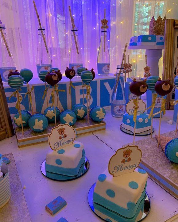 slatki sto sa kolacima na dekoracija rodjendana