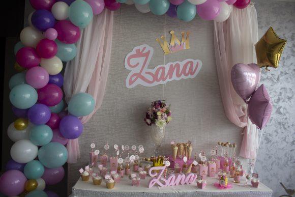 Slatki sto sa dekoracija od balona za dekoracija rodjendana