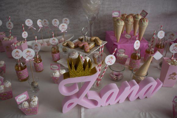 Slatki sto sa imenom od stiropora i slatkisima